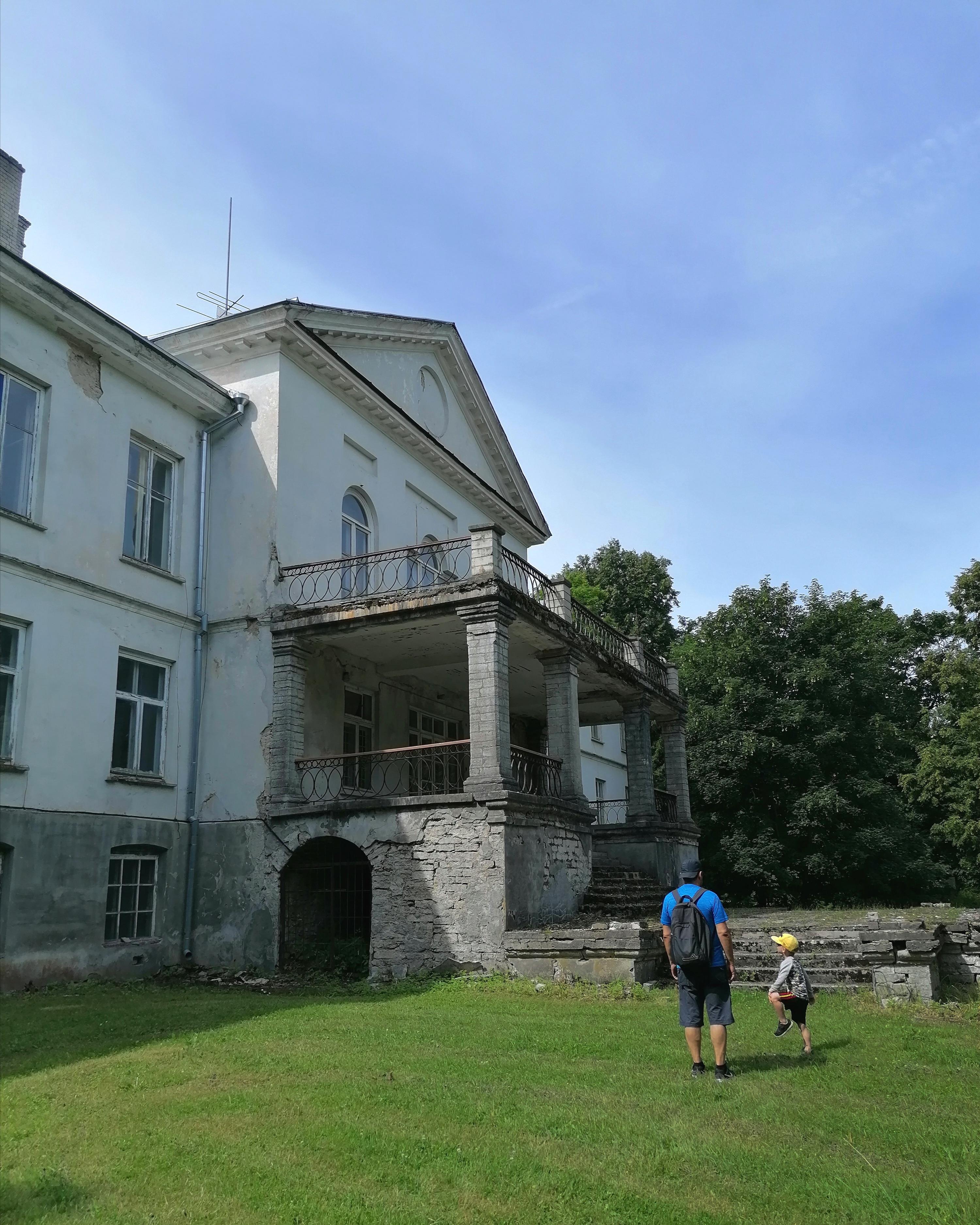 Ukin kanssa Harjun kartanolla Virossa