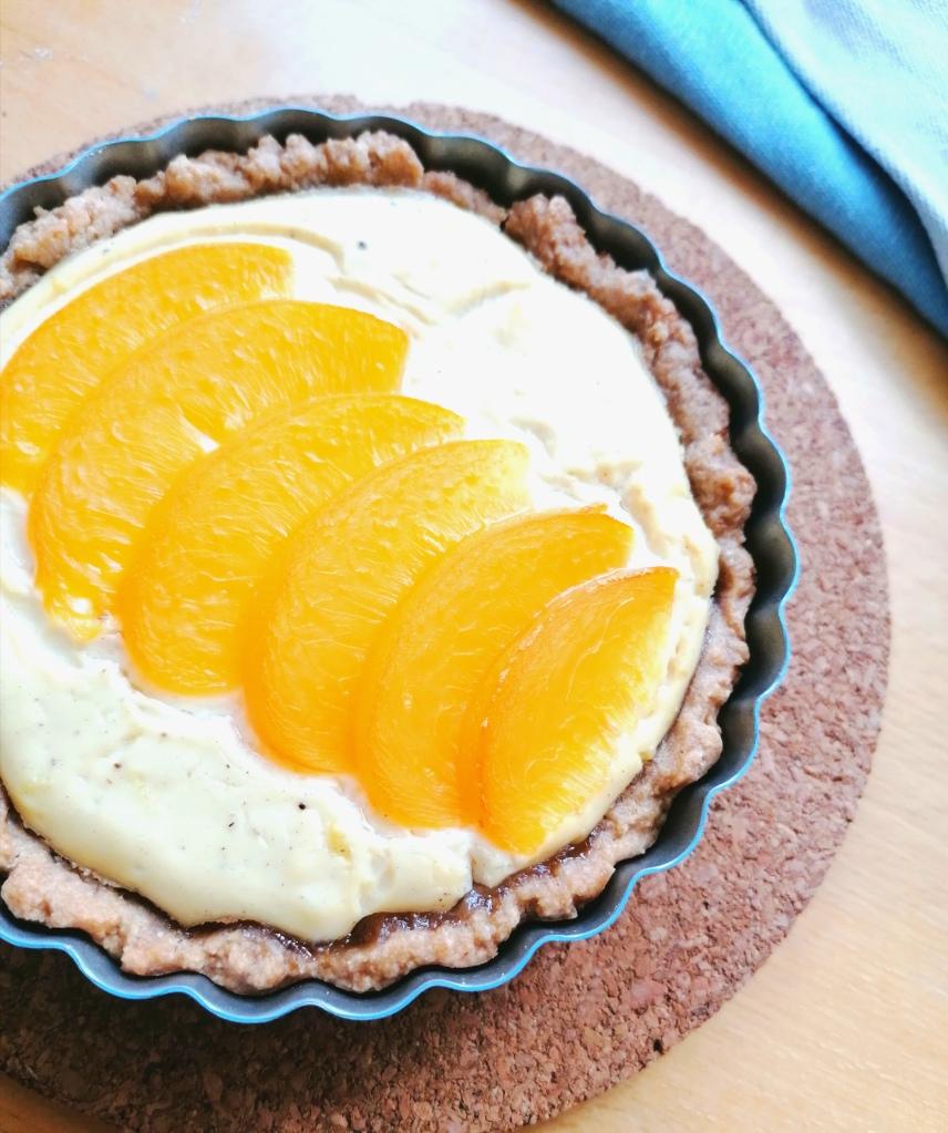 Vegaaninen rahkapiirakka persikoilla