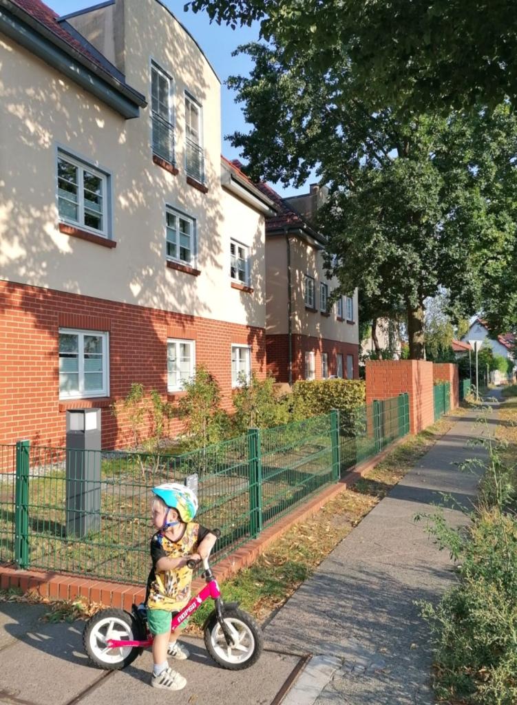 Ulkosuomalaisen lapsi kotitalon edessä Berliinissä