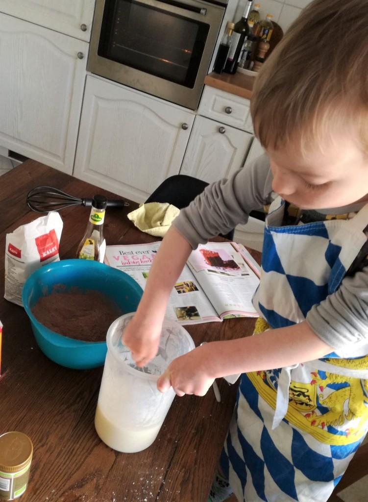 Expat-lapsi leipoo kotinsa keittiössä Tallinnassa