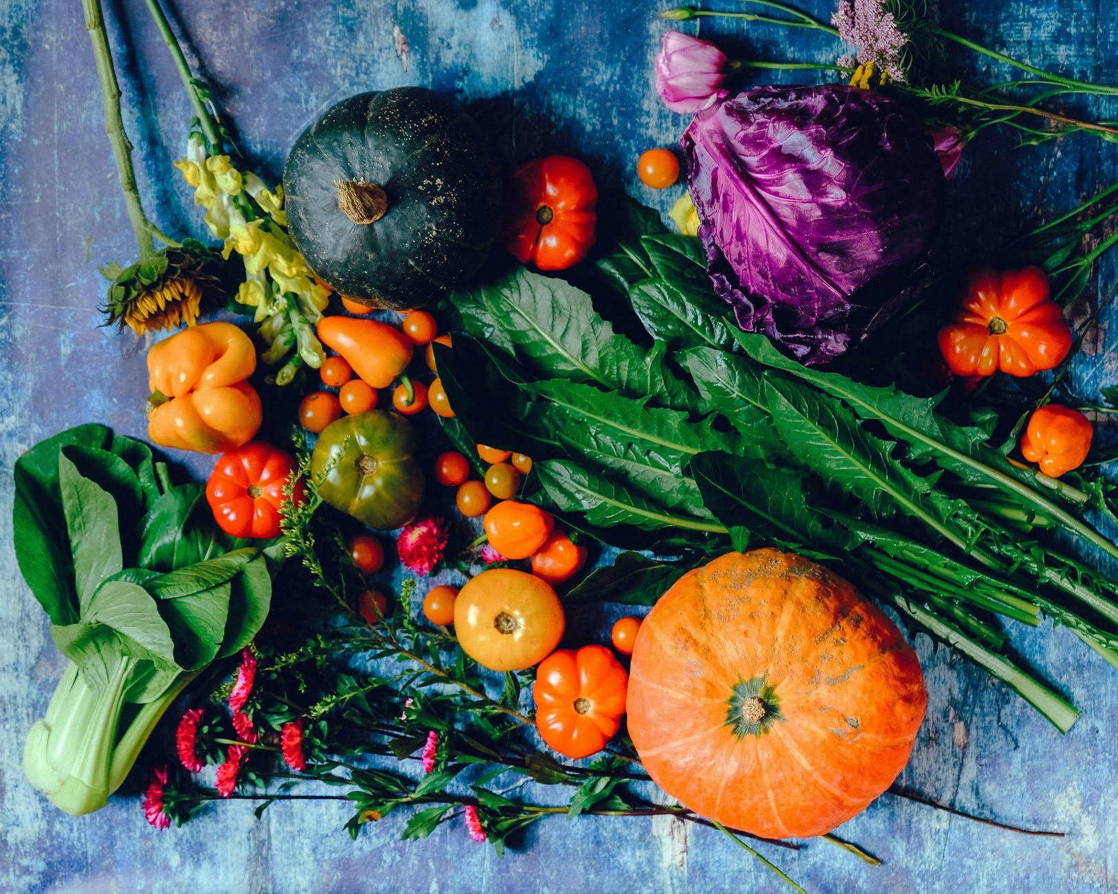 vegaaninen ruokavalio erilaisia vihanneksia pöydällä
